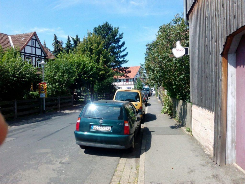 Mitfahrdaumen-am-Dorfkrug-in-Gross-schneen-1568x1176