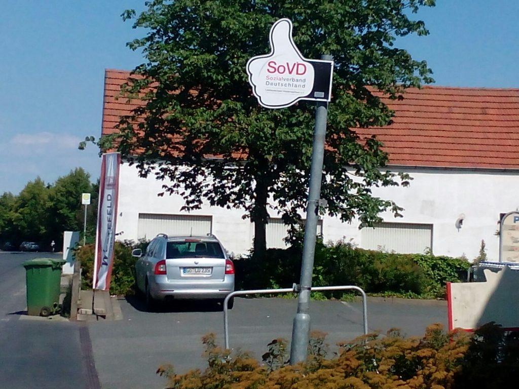 Mitfahrdaumen-am-Edeka-Markt-Wuestefeld-in-Friedland