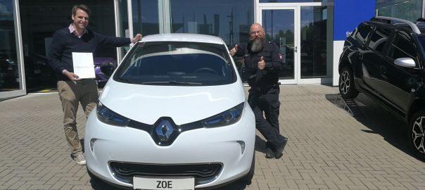 Albrecht Baetge (li.), 1. Vorsitzender, und Alexander Jühne, Geschäftsführer des Klein Schneen Mobil e.V., unterzeichnen den Leasingvertrag über einen Renault Zoe