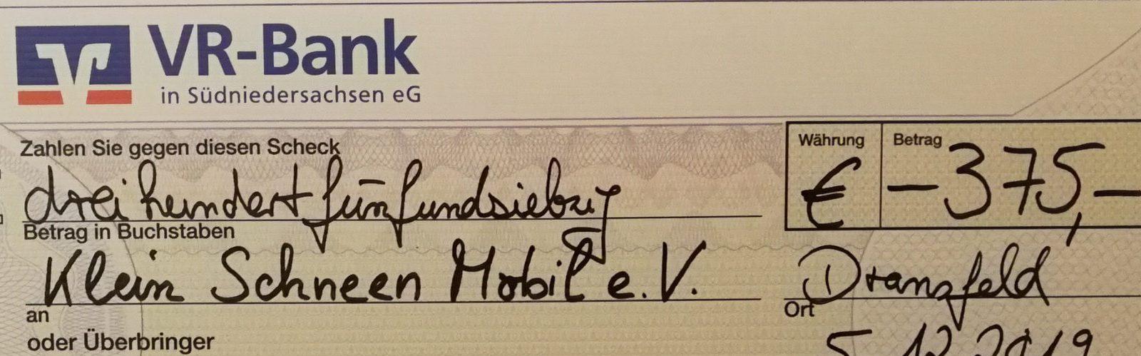 Preisgeld beim VR-Jubi Contest 2019: Scheck über 375 Euro für den Klein Schneen Mobil e.V.